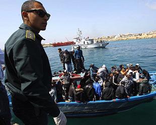 Göçmenler Lampedusa'dan çıkarılıyor