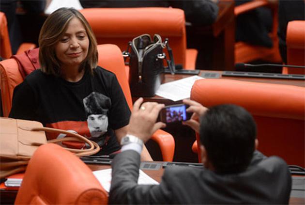 CHP'li kadın vekilden 'tişörtlü' protesto
