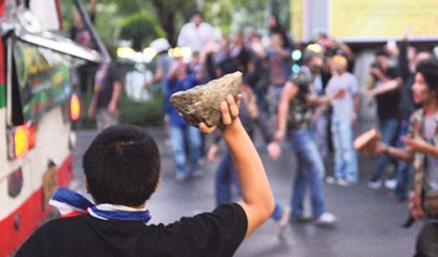 Tayland'da gösteriler giderek şiddetleniyor