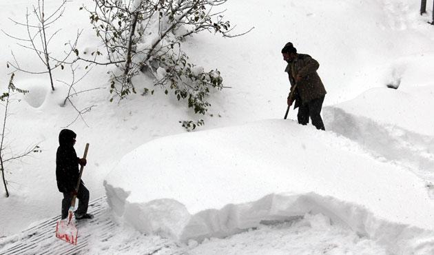 Doğu Anadolu'da kar köy yollarını kapattı