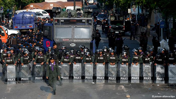 Tayland'da göstericileri taşıyan araca saldırı