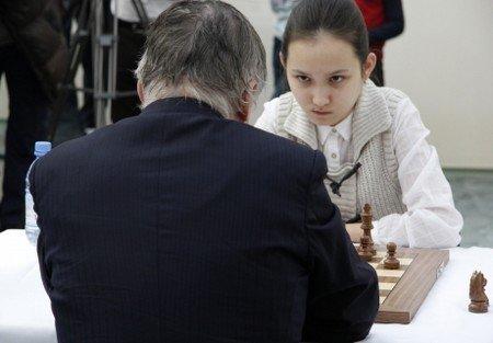 Kazakistanlı genç kız satranç ustasına kafa tuttu