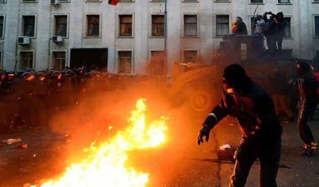 Ukrayna'da polis göstericilerle çatıştı