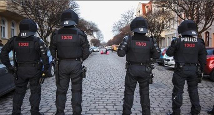 Almanya'da binlerce kişi neonazileri protesto etti