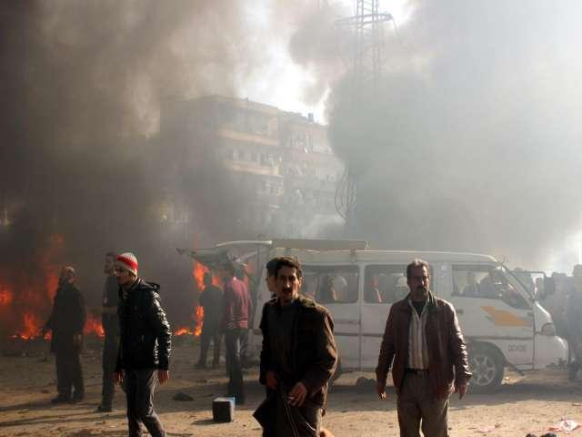Halep'te pazar yerine varil bombalı saldırı