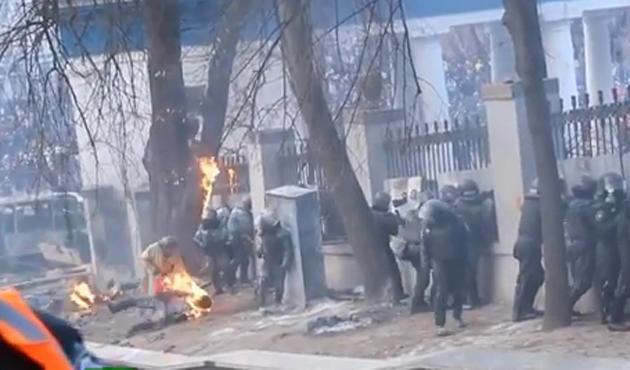 Ukrayna'da polisler diri diri yanacaktı-VİDEO