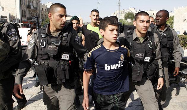 İsrail 5 Filistinli çocuğu gözaltına aldı