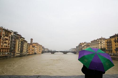 İtalya'da Arno nehri 10 metre yükseldi