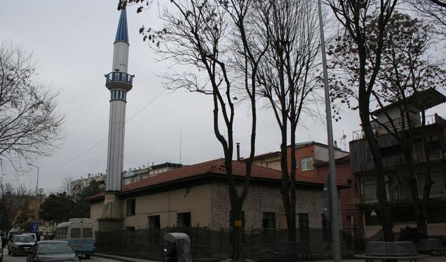 Tarihi camiye eklenen minare söküldü