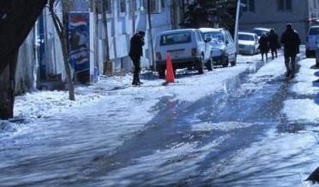 Bakü'de kar yağdı, hayat felç oldu