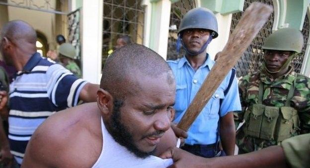 Kenya polisinden camiye baskın