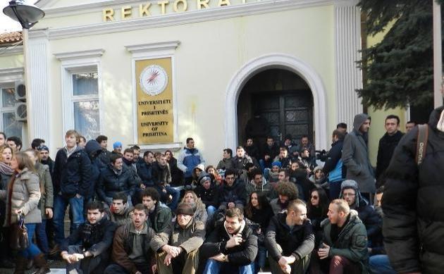 Kosova'da öğrenci gösterileri rektörü istifa ettirdi
