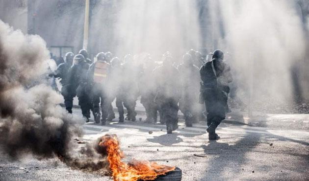 Bosna Hersek karıştı: Göstericiler valiliği ateşe verdi