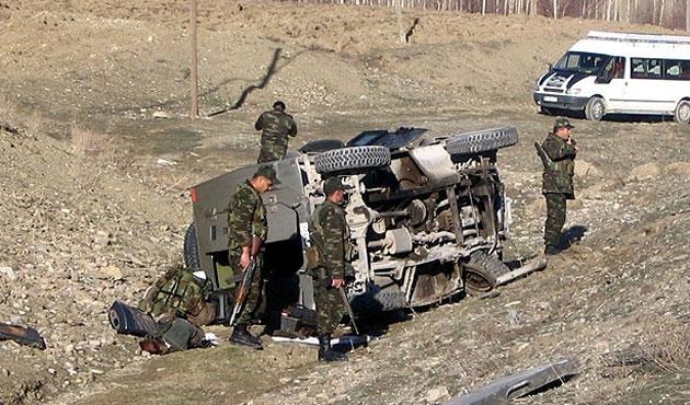Askeri araç devrildi: 3 asker can verdi!