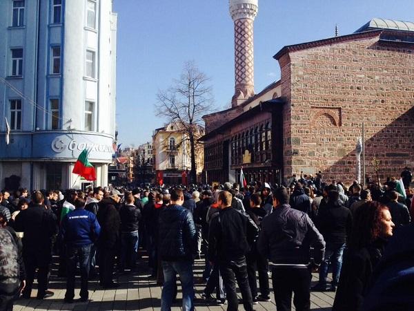 Bulgar ırkçılar camiye saldırdı