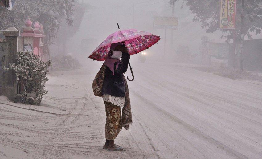Endonezya'da kül yağıyor; insanlar kaçıyor!