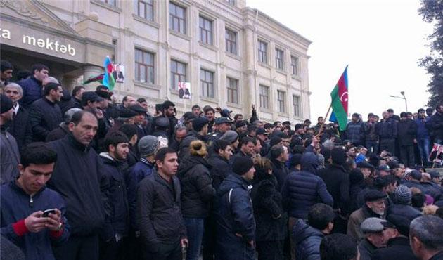 Bakü'de muhalif liderlerden yıkım kararına tepki