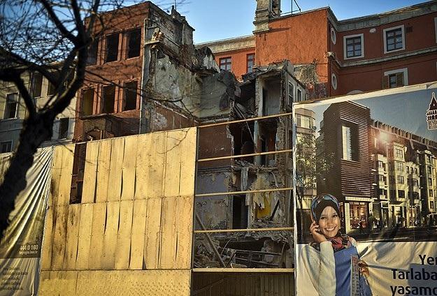Beyoğlu'nda 6 katlı bina kısmen çöktü