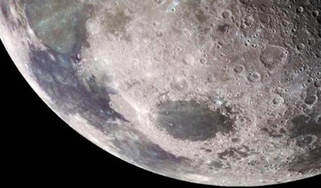 Yarım tonluk göktaşı Ay'a çarptı