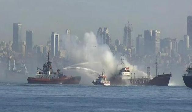 Yenikapı açıklarında gemi yangını