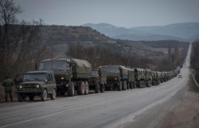 Rus askerleri konvoy halinde Akmescit'e ilerliyor
