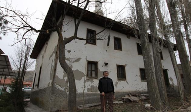400 yıllık cami kaderine terk edildi