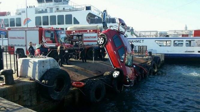 Araç feribottan denize düştü: 1 ölü