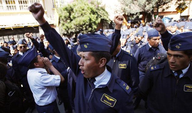 Bolivya'da eylem yapan askerlere ihraç