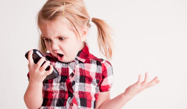 Çocuklar akıllı telefondan uzak tutulmalı