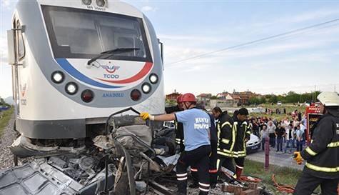 Tren otomobili biçti: 2 ölü