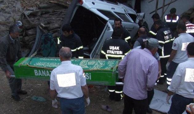 Otomobil bahçede çay içenlerin üstüne uçtu: 2 ölü
