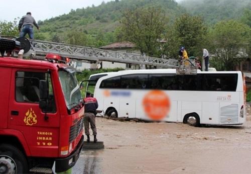 Bolu'da otobüs selde mahsur kaldı