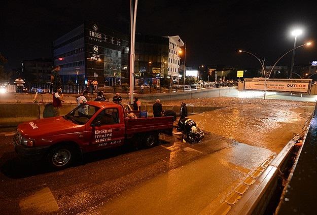 Ankara'da alt geçidi su bastı
