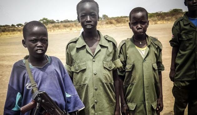 Dünyada en az 250 bin çocuk asker var