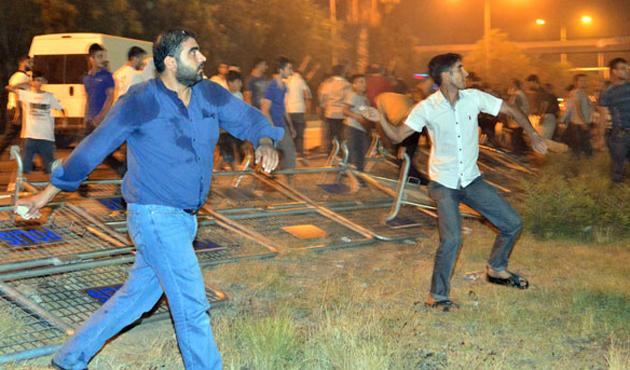 Adana'da ABD konsolosluğuna taşlı protesto