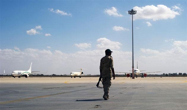Libya'da silahlı gruplar başbakanı uçağa almadı