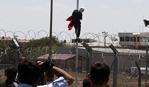 Diyarbakır'da bayrak indiren kişi tutuklandı