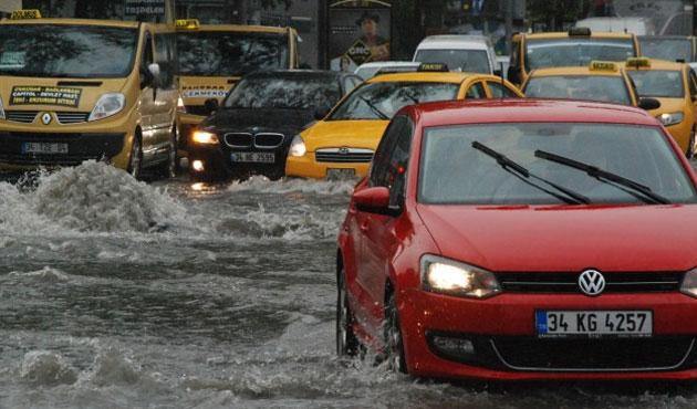 İstanbul'da şiddetli yağış: Trafik durdu
