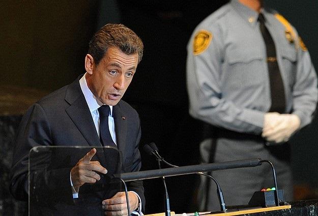 Sarkozy siyasete geri döndüğünü açıkladı