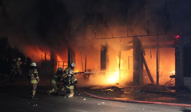 İçeride müşteri varken marketi ateşe verdiler
