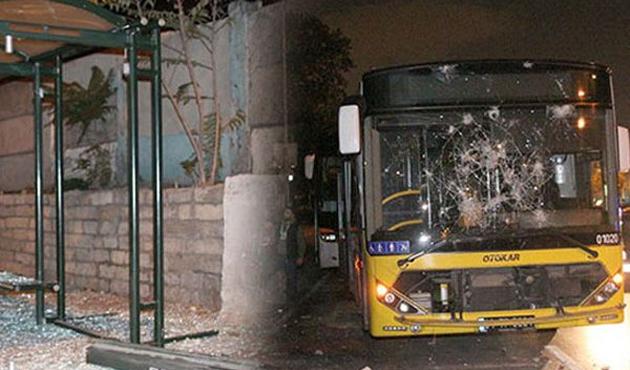 Göstericiler içinde yolcu olan otobüsü taşladı