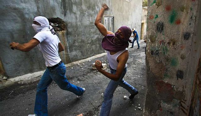 İsrail'den taş atanlara 20 yıl hapis!