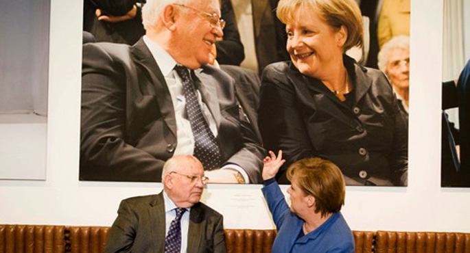 Merkel'le görüşen Gorbaçov barışa çağırdı