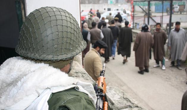 Keşmir'de ordular çatıştı, sivil öldü