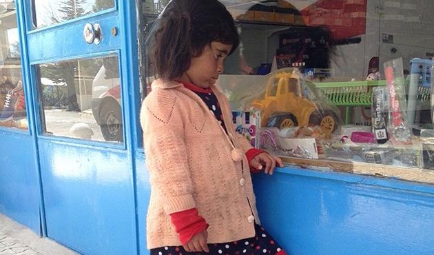 Vitrine bakan çocuğa her yerden oyuncak yağdı