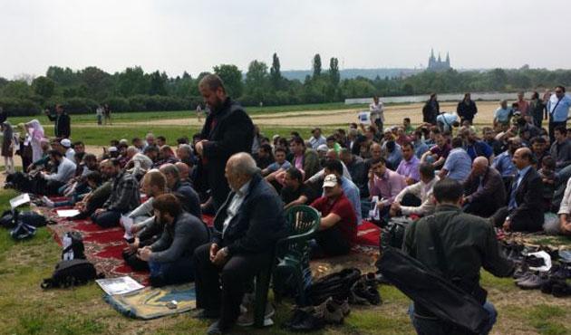 Prag'da Müslümanlardan ırkçılığa kebaplı protesto