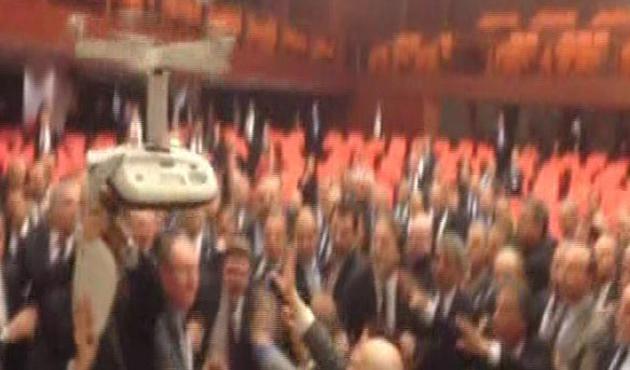 Meclis'te sandalyeler havada uçuştu | VIDEO