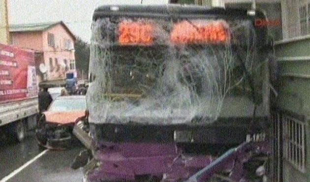 Halk otobüsü kalabalığa daldı: 2 ölü, 8 yaralı
