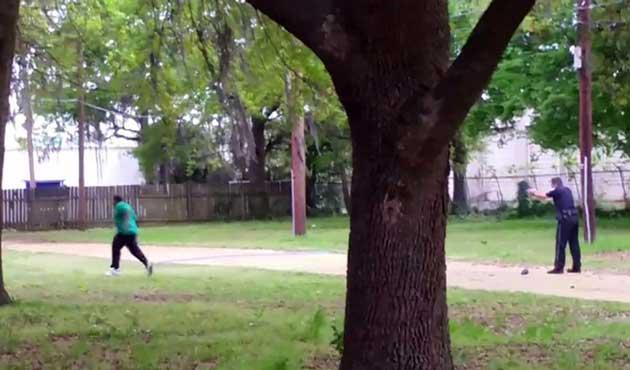 Siyahi şüpheliyi vuran polis cinayetten yargılanacak