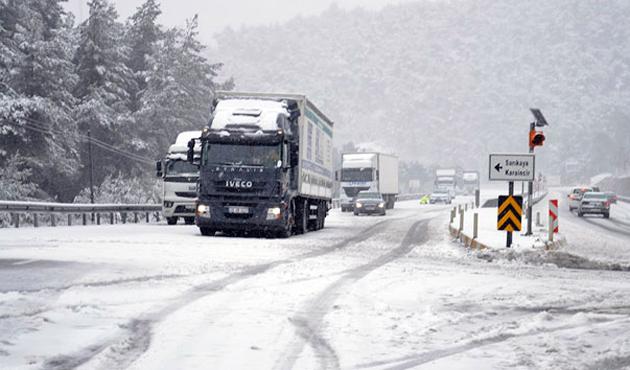 Bolu'da ulaşıma kar engeli, İstanbul'a uyarı